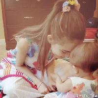 昆凌与小周周顶额头 穿粉嫩母女装有爱