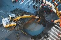 协警发现裂缝拦车 身后路面塌陷大坑