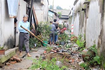 广东汕头:龙卷风过后忙自救